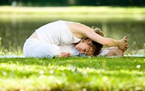 Bilder Fitness Gras Dehnübungen Yoga Posiert Hand junge frau