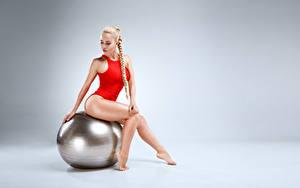 Fotos Fitness Grauer Hintergrund Ball Blond Mädchen Zopf Sitzen Bein Badebekleidung Hübsch Mädchens