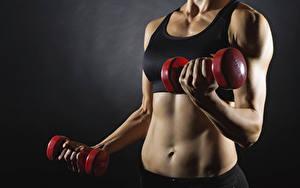 Fotos Fitness Grauer Hintergrund Hand Hantel Bauch Trainieren sportliches Mädchens
