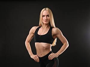 Fotos Fitness Grauer Hintergrund Pose Blondine Starren Hand Bauch junge frau