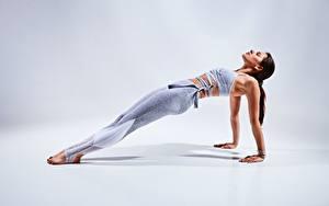Hintergrundbilder Fitness Grauer Hintergrund Pose Hand Bein Unterarmstütz junge frau