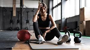Bilder Fitness Turnhalle Sitzt Kugelhantel Bein Schuhsohle junge frau Sport