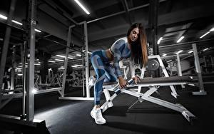 Fotos Fitness Fitnessstudio Trainieren Hanteln sportliches Mädchens