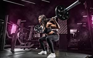 Bilder Fitness Turnhalle Trainieren Pose Hantelstange Kauert Sport Mädchens
