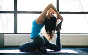 Bilder Fitness Gymnastik Brünette Yoga Sitzt Hand Bein junge Frauen