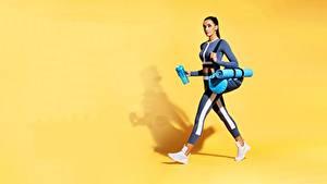 Desktop hintergrundbilder Fitness Handtasche Farbigen hintergrund Uniform junge Frauen Sport