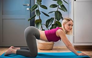 Fotos Fitness Blond Mädchen Pose Seitlich Hand Bein Isabella Star junge Frauen