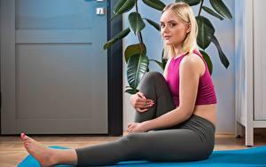 Fotos Fitness Blondine Seitlich Sitzend Uniform Hand Bein Isabella Star Mädchens