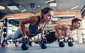 Fotos Fitness Mann Liegestütz Braune Haare 2 Körperliche Aktivität junge frau