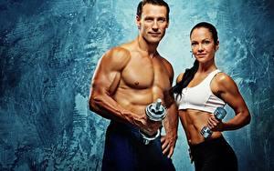 Fotos Fitness Mann Zwei Starren Muskeln Hantel Sport