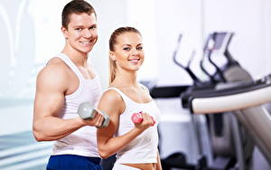 Hintergrundbilder Fitness Mann 2 Unterhemd Hanteln Lächeln Sport Mädchens