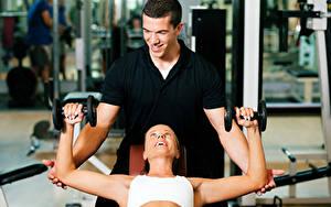 Fotos Fitness Mann Zwei Lächeln Hanteln Sport