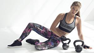 Hintergrundbilder Fitness Model Kugelhantel Uniform Hand Bein Nina Agdal Prominente Mädchens