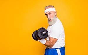 Fotos Fitness Alter Mann Hantel Bärtiger Farbigen hintergrund sportliches