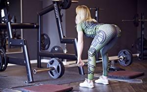 Bilder Fitness Pose Blond Mädchen Hantelstange Trainieren Turnhalle Bein Turnschuh Gesäß junge Frauen