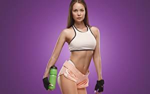 Fotos Fitness Pose Handschuh Hand Flasche Farbigen hintergrund Mädchens Sport