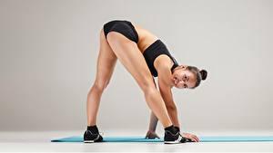 Bilder Fitness Pose Lächeln Bein Sportschuhe Blick Gesäß sportliches Mädchens