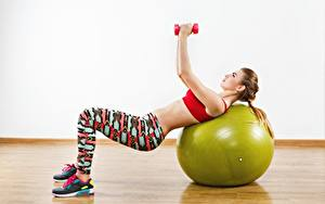 Bilder Fitness Posiert Körperliche Aktivität Hand Hantel Ball Sport Mädchens
