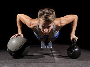 Bilder Fitness Liegestütz Ball Kugelhantel Dunkelbraun Hand Unterarmstütz junge Frauen