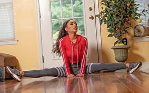 Fotos Fitness Dehnübung Spagat Sitzt Bein Turnschuh Serena Banks Mädchens