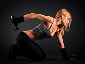 Hintergrundbilder Fitness Seitlich Blond Mädchen Trainieren Hand Hantel