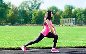 Hintergrundbilder Fitness Seitlich Brünette Uniform Dehnübungen Hand Bein Turnschuh Bokeh