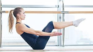 Hintergrundbilder Fitness Seitlich Posiert Hand Bein Braune Haare junge frau Sport