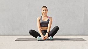 Bilder Fitness Sitzend Turnschuh Bein Unterhemd Lächeln Blick Sport Mädchens