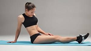 Hintergrundbilder Fitness Sitzend Bein Turnschuh Bauch sportliches Mädchens