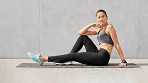 Hintergrundbilder Fitness Sitzend Bein Sportschuhe Unterhemd Blick Sport Mädchens