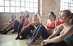Bilder Fitness Sitzt Bein Hübsch junge frau