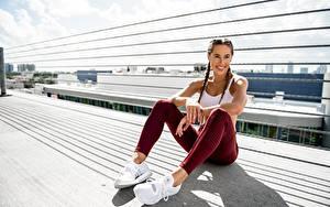 Bilder Fitness Sitzend Lächeln Hand Bein junge Frauen