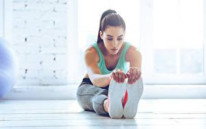 Fotos Fitness Sitzen Dehnübung Hand Bein Schuhsohle junge Frauen