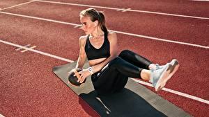 Hintergrundbilder Fitness Sitzend Uniform Ball Trainieren Hand Bein Posiert Sport Mädchens