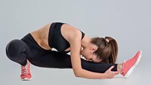 Hintergrundbilder Fitness Dehnübungen Bein Posiert Grauer Hintergrund Sport Mädchens