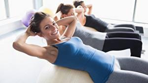 Fotos Fitness Drei 3 Trainieren Blick Lächeln Hand Unscharfer Hintergrund junge frau Sport