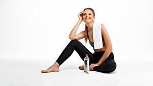 Hintergrundbilder Fitness Handtuch Sitzend Lächeln Flasche Blick sportliches Mädchens