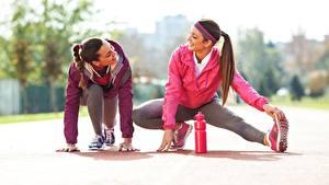 Fotos Fitness 2 Dehnübung Lächeln Hand Bein Posiert junge frau