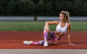 Bilder Fitness Uniform Blond Mädchen Sitzen Hand Bein Turnschuh Mädchens