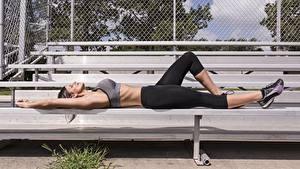 Fotos Fitness Uniform Liegt Seitlich Hand Bein Mädchens