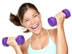 Fotos Fitness Weißer hintergrund Braune Haare Starren Lacht Hand Hantel Mädchens