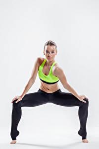 Fotos Fitness Weißer hintergrund Starren Bein Mädchens Sport