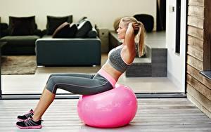 Fotos Fitness Körperliche Aktivität Blond Mädchen Sitzend Ball junge Frauen