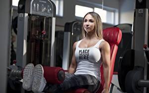 Fotos Fitness Körperliche Aktivität Braunhaarige Sitzend Unterhemd Bein Wort Englischer Mädchens