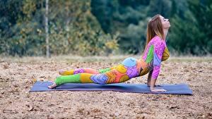 Fotos Fitness Trainieren Posiert Unterarmstütz Sport Mädchens