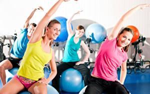 Fotos Fitness Trainieren Lächeln Hand Sitzend Mädchens Sport