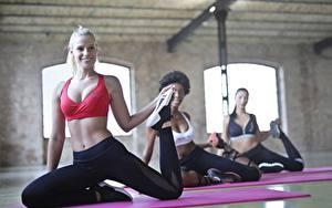 Bilder Fitness Körperliche Aktivität Dehnübung Lächeln Unscharfer Hintergrund Mädchens