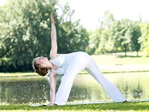 Fotos Fitness Yoga Gras Pose Braune Haare Trainieren Hand Bein junge Frauen