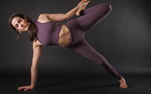 Bilder Fitness Joga Posiert Hand Bein Braunhaarige Mädchens