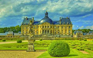 Hintergrundbilder Frankreich Burg Landschaftsbau Skulpturen Rasen Strauch Chateau de Vaux Städte